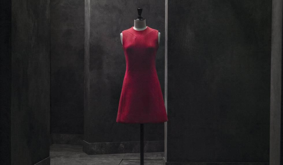 Uno de los vestidos de Pertegaz de la exposición Fundación Canal, en Madrid
