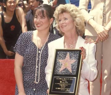 Shannon Lee y Linda Caldwell, hija y mujer de Bruce Lee, durante la entrega de la estrella dedicada al actor en el Paseo de la Fama de Hollywood. Fue en 1993.