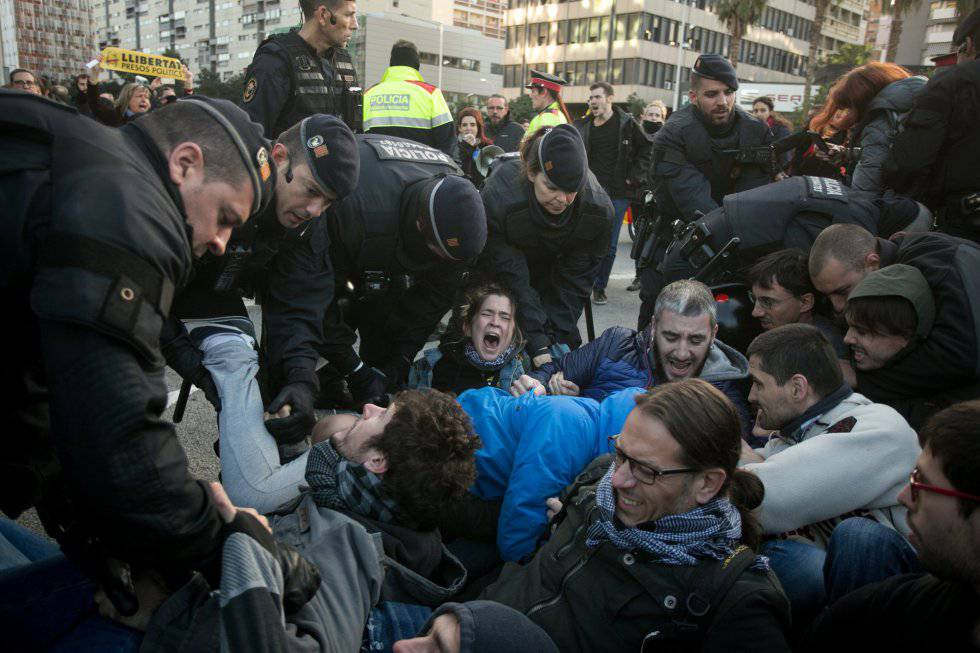 Catalan traffic police remove protesters who were blocking traffic in Barcelona's Plaza Cerdà.