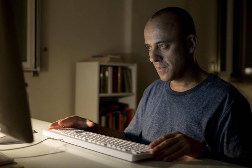 Javier Gutiérrez, en un momento de la película 'El autor'.