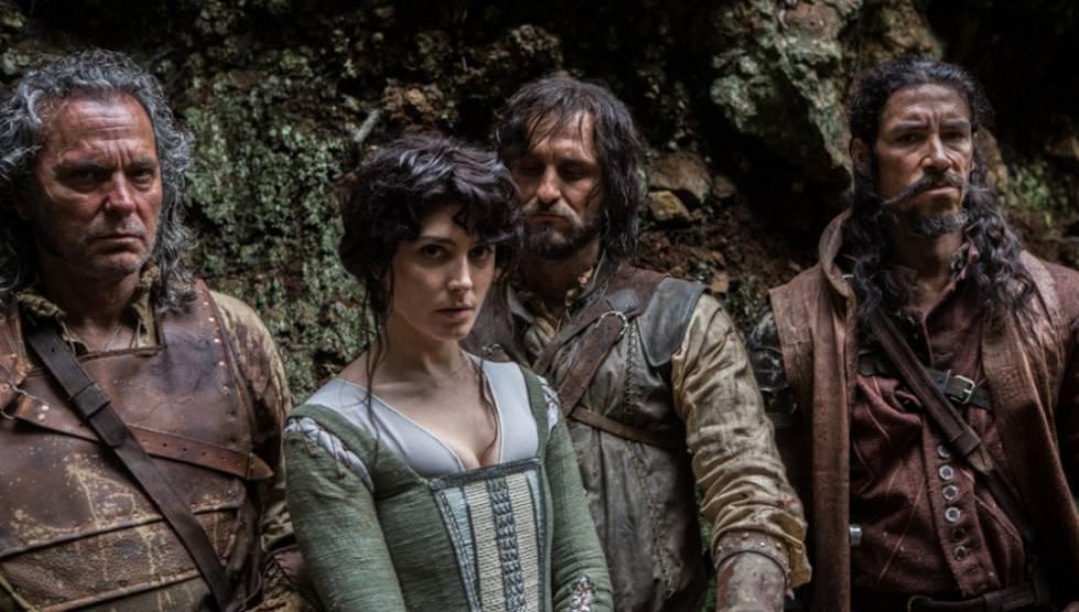 Los protagonistas masculinos de 'Oro', junto a Bárbara Lennie.