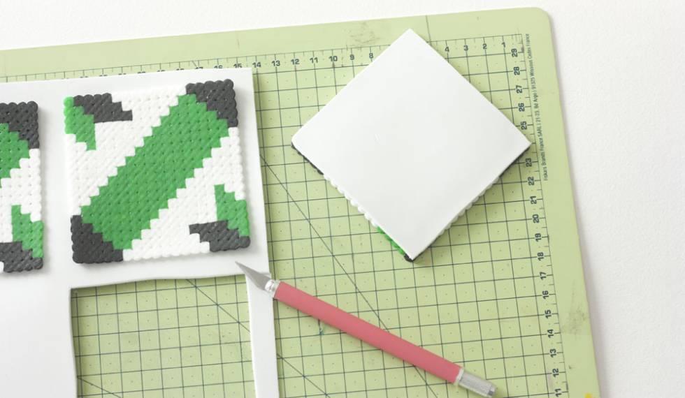 Instrucciones para hacer un posavasos con abalorios de plástico.