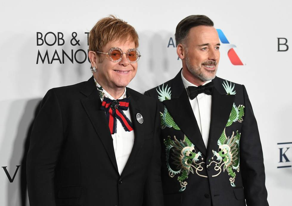 Elton John y su marido David Furnish, vestidos de Gucci.