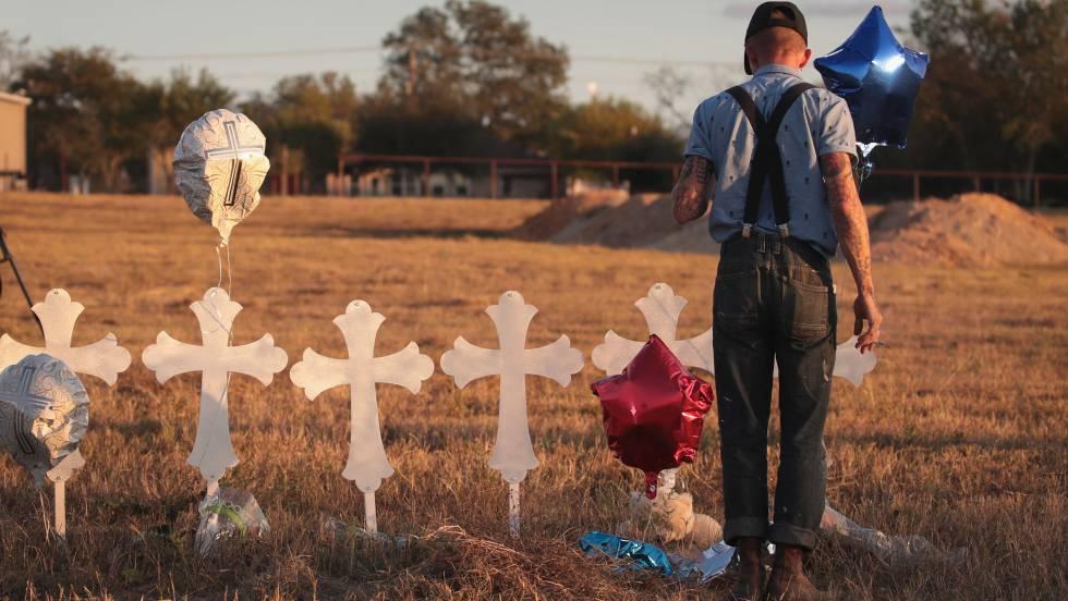 Memorial en honor a las 26 víctimas del tiroteo en la Iglesia Baptista de Sutherland Springs, Texas. rn rn