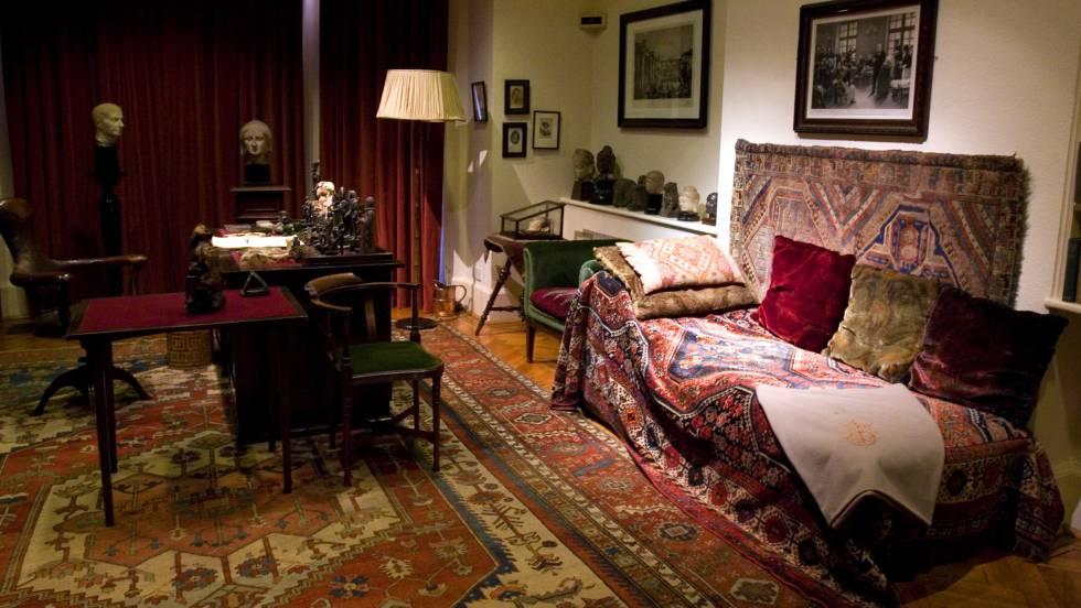 Estudio de Sigmund Freud con el diván cubierto con una alfombra en primer plano, en su casa de Londres.