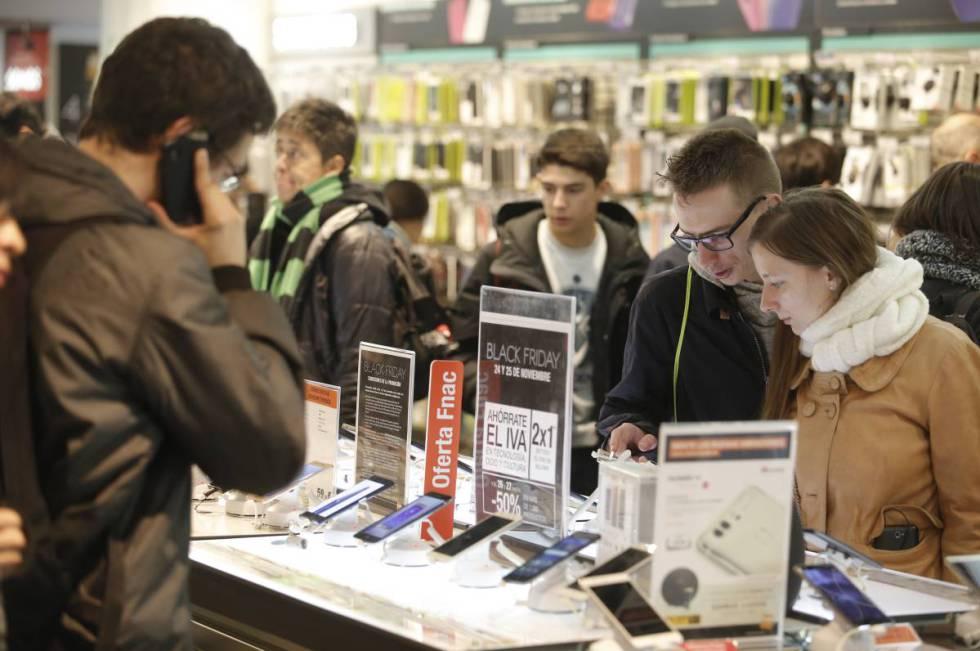 Clientes en la FNAC de Callao (Madrid) consultan las ofertas durante la campaña del 'Black Friday' de 2016.