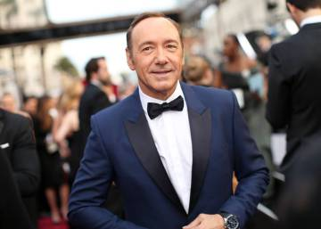 "Novos depoimentos acusam Kevin Spacey de ser um ""predador sexual"" no set de 'House of Cards'"