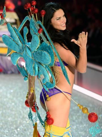 Adriana Lima, en el desfile de Victoria`s Secret en 2016.