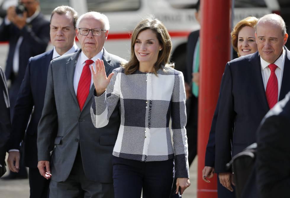 La reina Letizia, en compañía del secretario de Salud de México, José Narro Robles (segundo por la izquierda), visita un centro de la Cruz Roja en Ciudad de México.