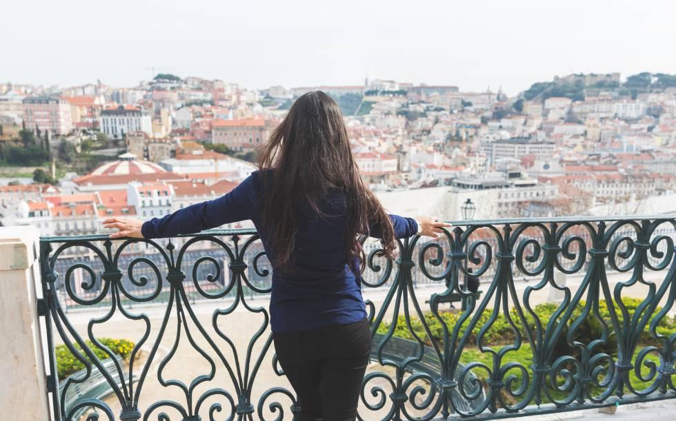 Una mujer en un mirador en Lisboa.