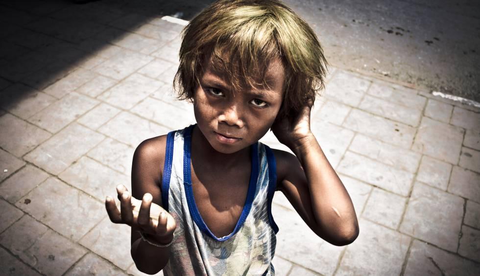 Un niño pide dinero en Poipet, en la frontera entre Camboya y Tailandia.