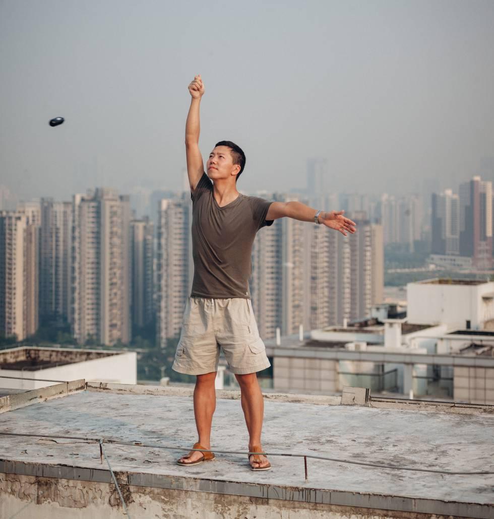 Woody Hu, subido a una azotea de Shenzhen, se hace un selfie con una cámara portátil de realidad virtual creada por Insta360, la start-up local en la que trabaja.