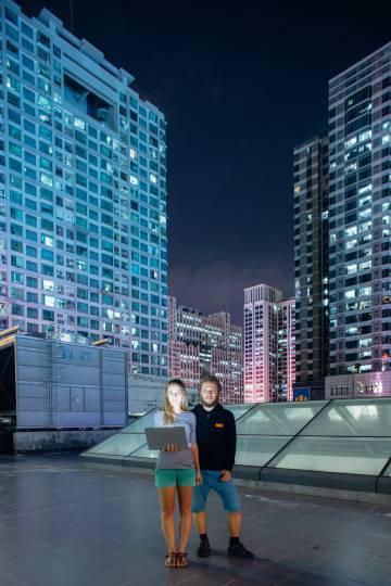 los europeos Kristina Cahojova y Hynek Jemelik, inventores de un medidor de fertilidad femenina, han creado sus productos en la aceleradora de start-ups HAX, en Shenzhen.