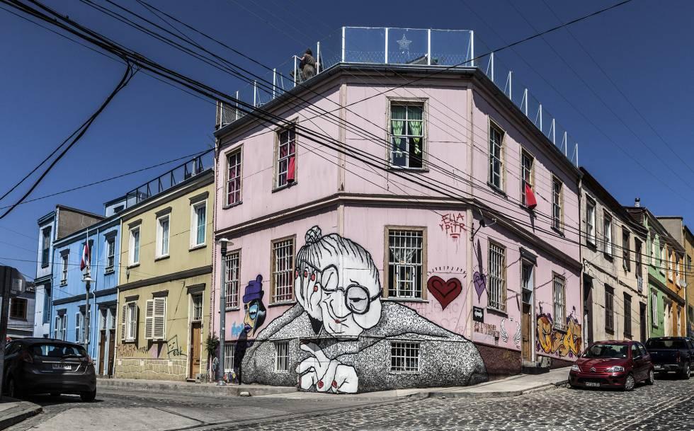 La nana gigante (2014), de la pareja de artistas franceses Ella & Pitr, también en Cerro Alegre.