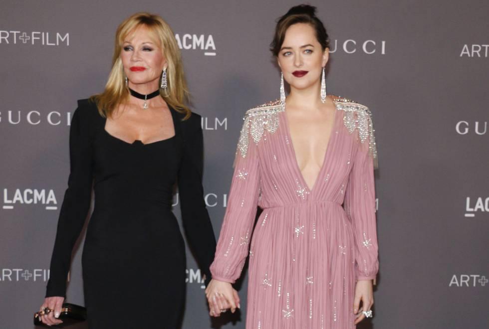 Dakota Johnson con su madre, Melanie Griffith, en una gala en Los Ángeles el pasado mes de noviembre.