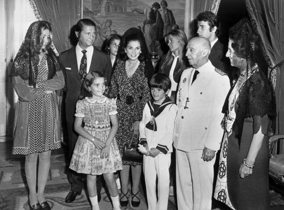 Carmen Martínez-Bordiú, a la izquierda con mantilla, en una imagen de la comunión de su hermano Jaime. A su lado, sus padres y hermanos y a la derecha sus abuelos, Francisco Franco y Carmen Polo.