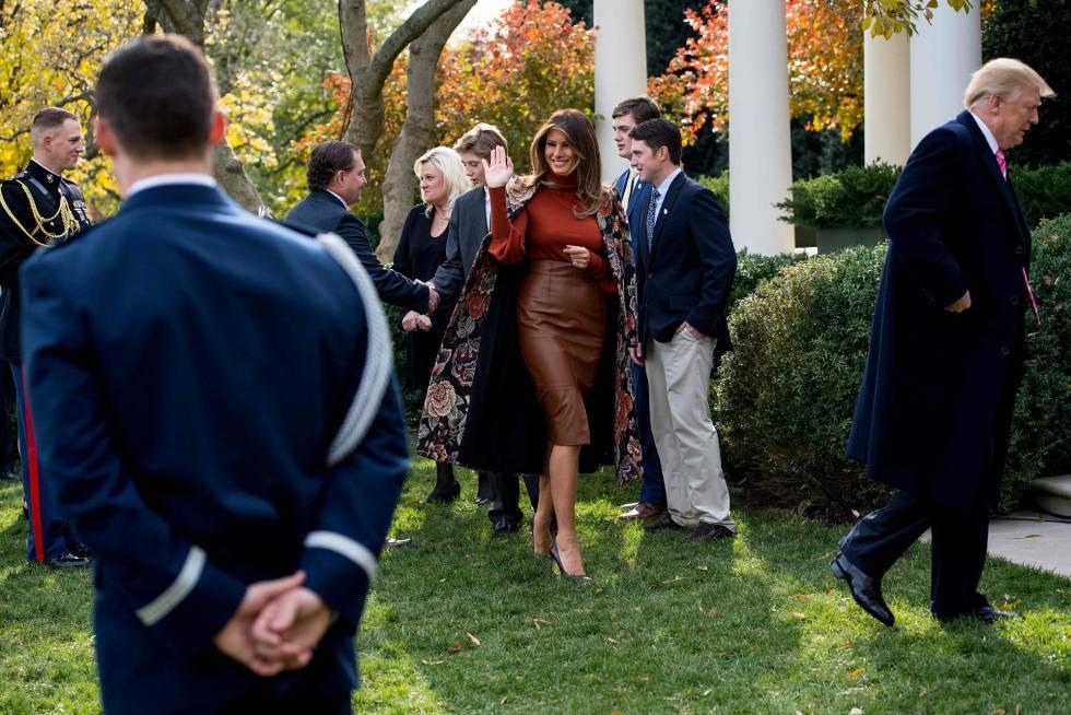 La primera dama Melania Trump, saluda tras el perdón presidencial al pavo celebrado en los jardines de la Casa Blanca.