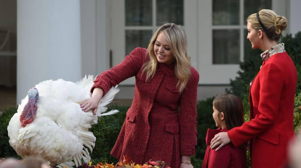 Tiffany Trump e Ivanka con su hija Arabella Rose, junto al pavo indulstado 'Drumstick', en los jardines de la Casa Blanca.