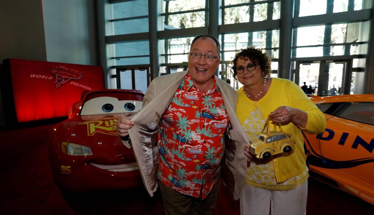John Lasseter y su mujer Nancy posan durante el estreno en Estados Unidos de 'Cars 3'.