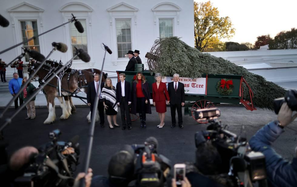 Barron Trump y su madre Melania, el lunes posan ante los medios tras recibir el árbol de Navidad en la Casa Blanca.