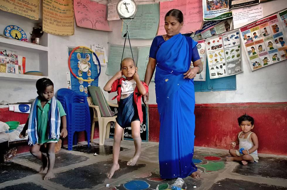Una profesora y sus alumnos en la escuela de Edula Mustur (India).