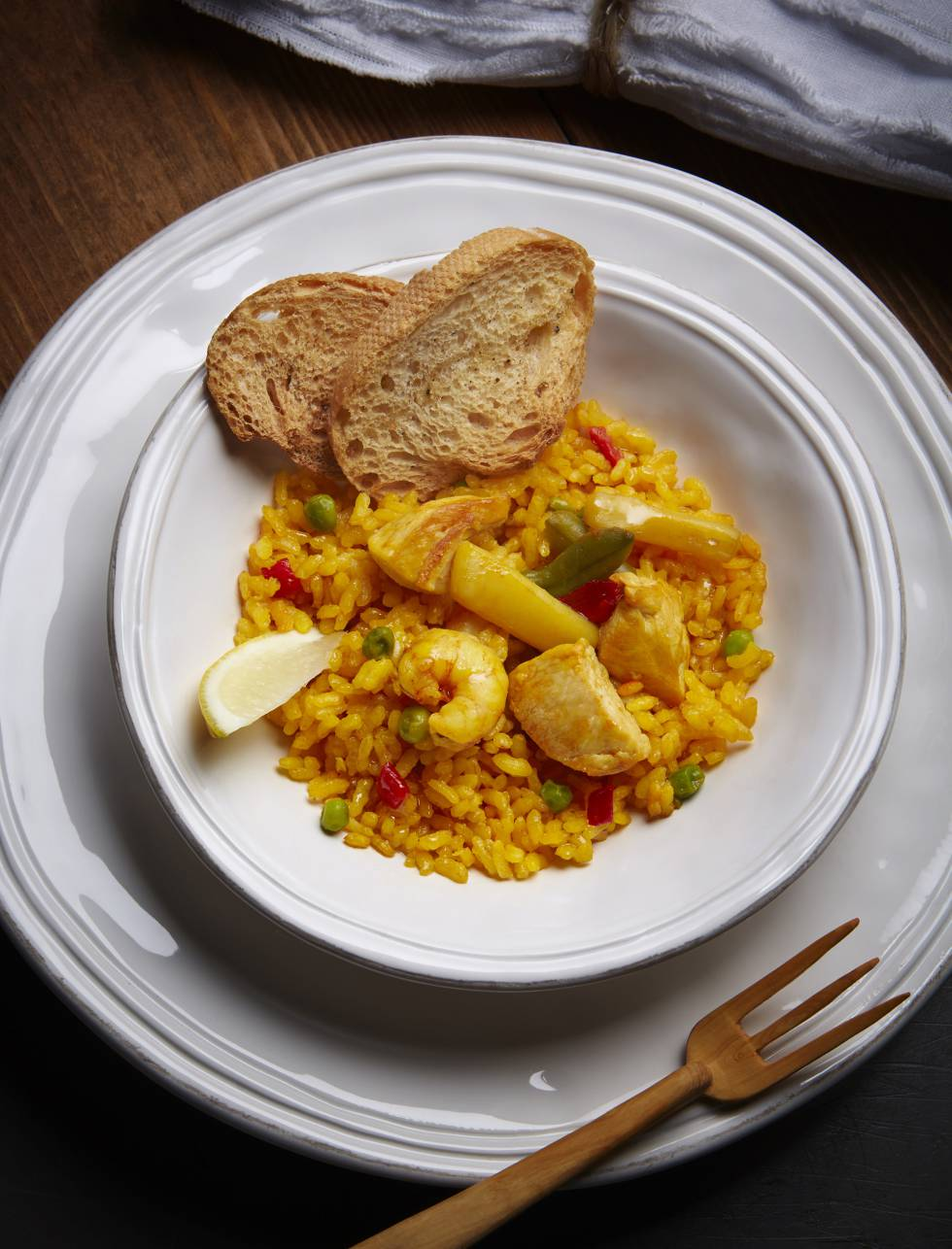 """""""El éxito de la paella depende del caldo que hagamos. Si es rico, el resultado también lo será. ¿Trucos? Añadir un poco de alioli o una mayonesa con ajo. Como comensal creo que a cualquier arroz le aporta un contraste tanto en el sabor como en la textura. Más allá de eso, la paella se puede hacer de todas las formas posibles. El arroz lo admite todo""""."""