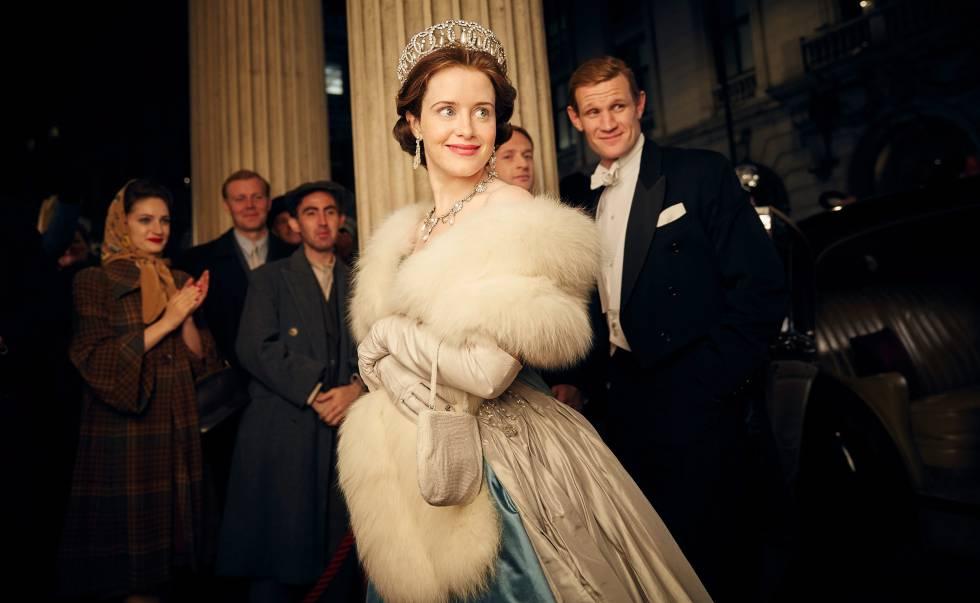 La actriz Claire Foy caracterizada como la reina Isabel II en la primera temporada de 'The Crown'.