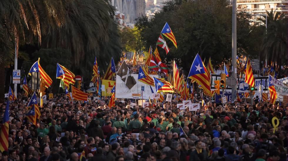 Manifestación en Barcelona organizada por ANC y Òmnium para pedir la libertad de los exconsejeros encarcelados.rn rn