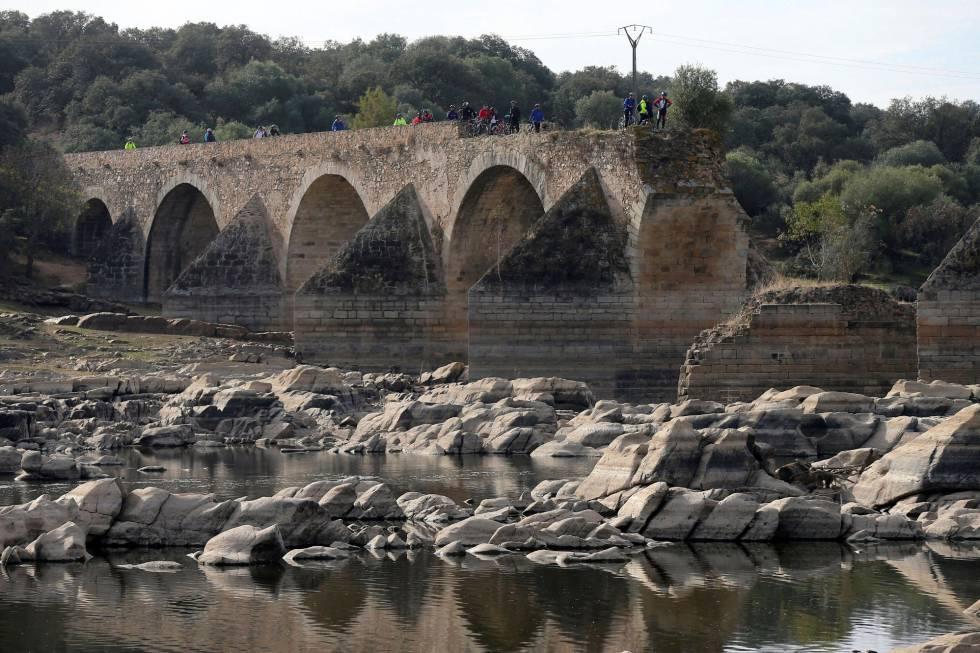 Vista del lecho del río Guadiana, a su paso por el puente de Ajuda.
