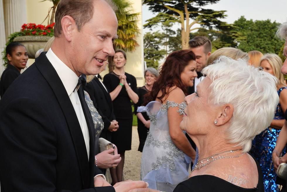 Eduardo de Wessex saluda a Judi Dench en un evento en junio de 2016 en el que la actriz lució 007 con Svarowskis en su espalda y se ve el tatuaje de su muñeca derecha.