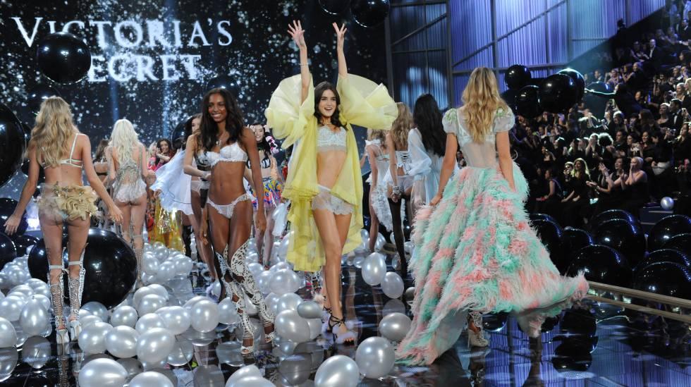 Blanca Padilla, con batín amarillo, en su primer desfile de Victoria's Secret, en 2014.