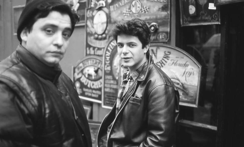 El cantante con Capi en Londres, en una de las fotos de su archivo del libro.