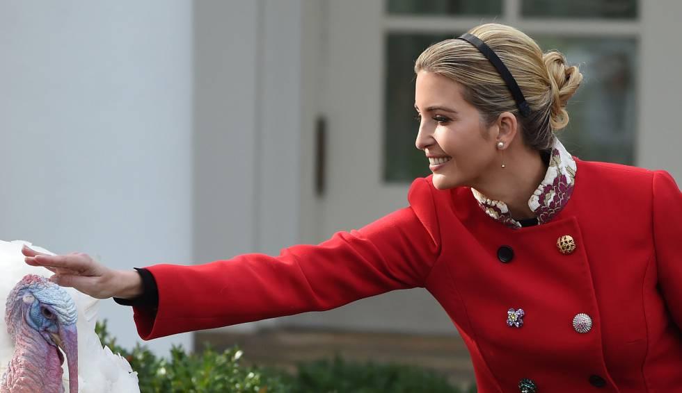 Ivanka Trump acaricia el pavo indultado por su padre, el presidente Trump, en la Casa Blanca, dos días antes de Acción de Gracias.