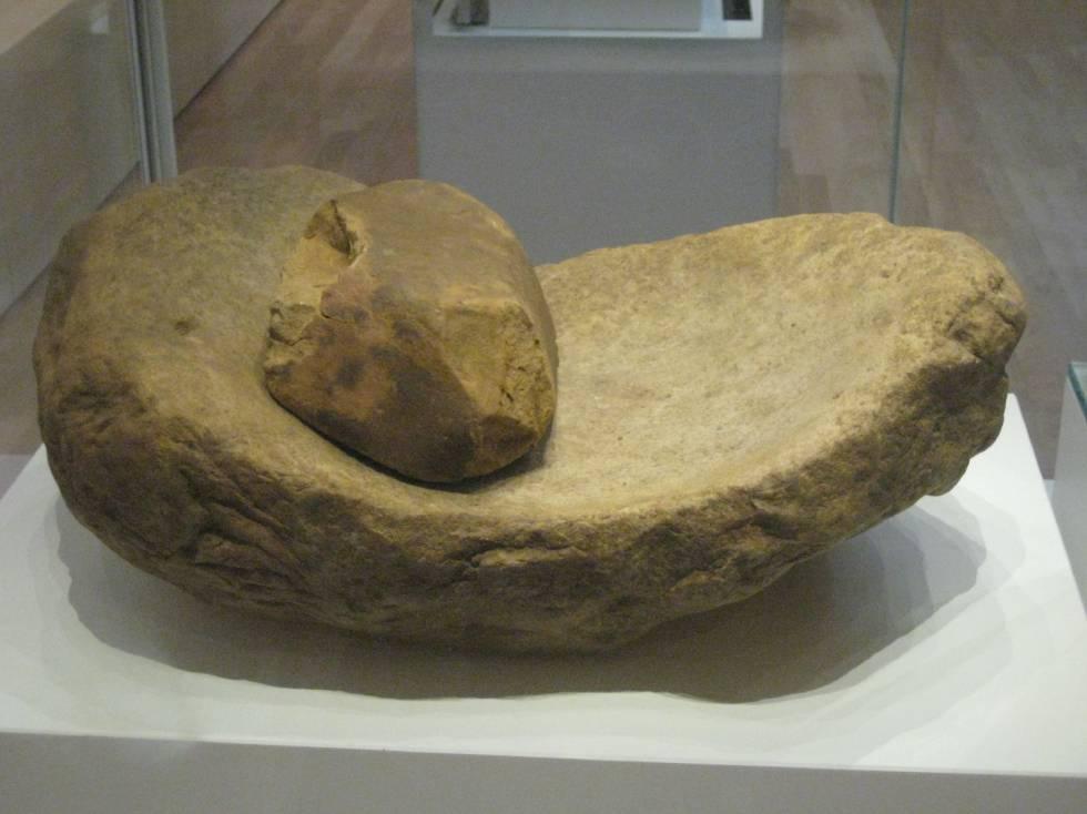 Con molinos como este, de hace 5.000 años, las mujeres molían a mano el grano hasta obtener harina.