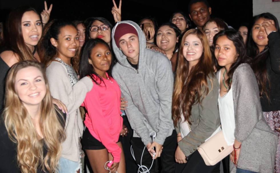 Justin Bieber, en el centro, se fotografia con un grupo de fans en Beverly Hills Beverly Hills en mayo de 2015.