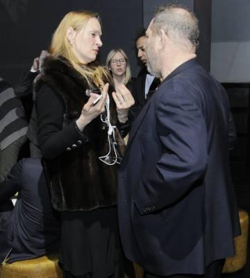 La actriz Uma Thurman habla con Harvey Weinstein en una fiesta en 2014.