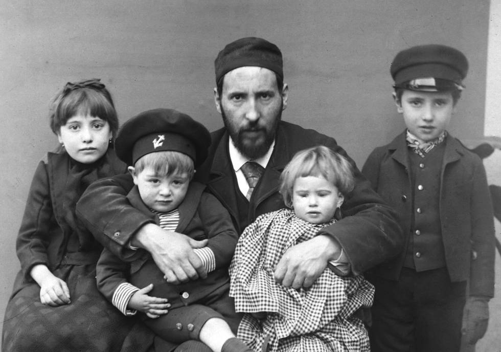 Santiago Ramón y Cajal with his children Fe, Jorge, Paula and Santiago, in Barcelona, in 1889.