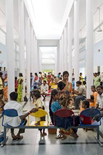 Una de la salas de espera del hospital de Bathalapalli.