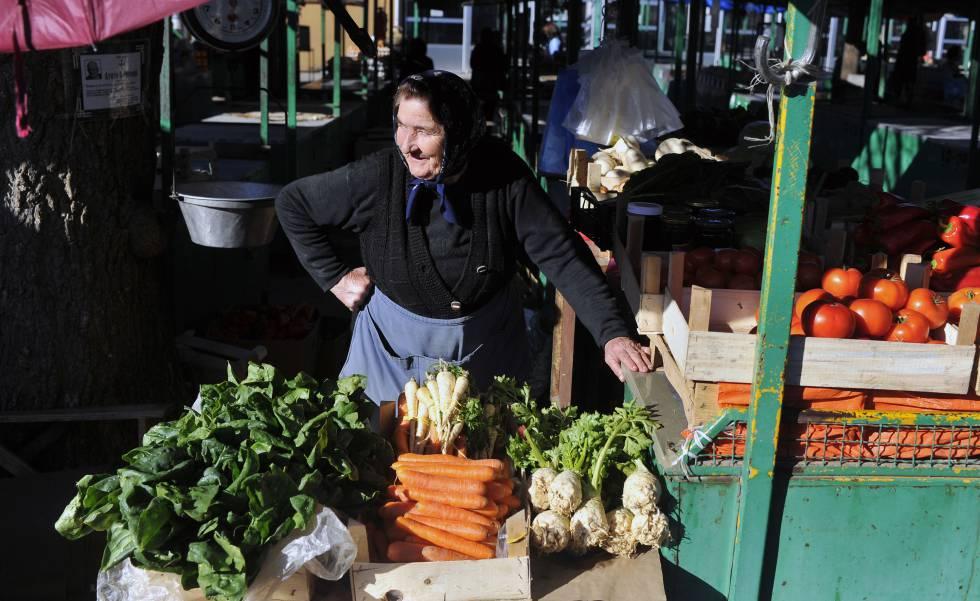 Una mujer vende verduras y frutas en el mercado de Saljevo (Serbia).