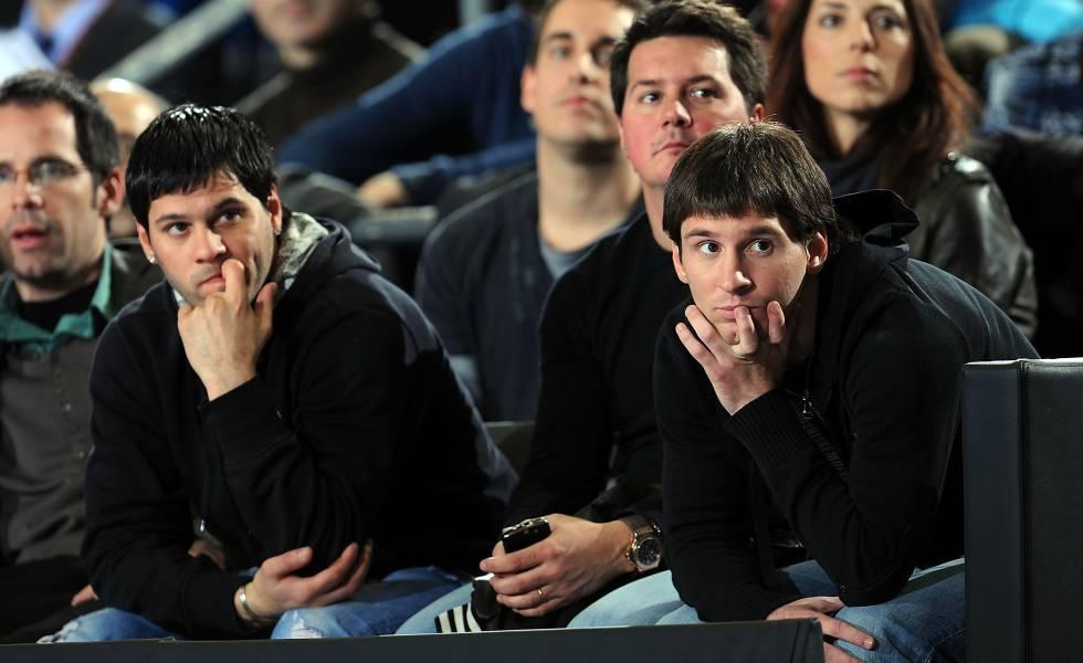 De izquierda a derecha, Matías, Rodrigo y Lionel Messi durante un partido de baloncesto en 2010, en Barcelona.