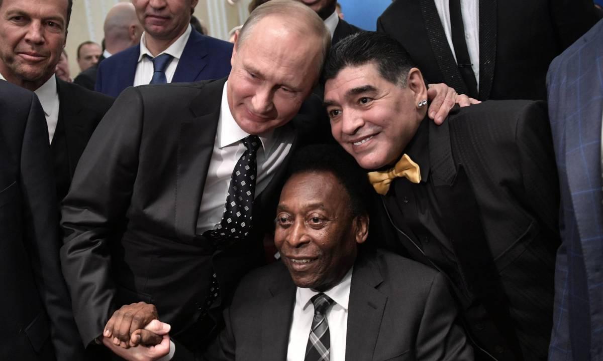 Putin y Maradona posan con Pelé en Moscú. Al fondo a la izquierda, el alemán Matthäus.