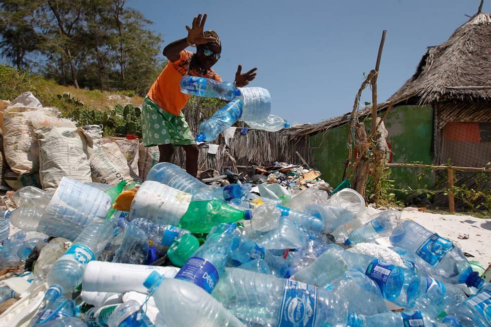 Los vecinos de Watamu (Kenia) trabajan codo a codo con la Asociación local para la conservación de los océanos, limpiando el plástico de las playas.