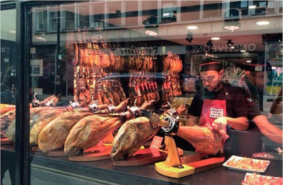 """""""En 2021, un jamón de bellota que hoy cuesta 500 euros costará 1.000, pero el aumento de precio va a ser progresivo"""", señala Enrique Tomás, con tiendas en varias partes de mundo."""