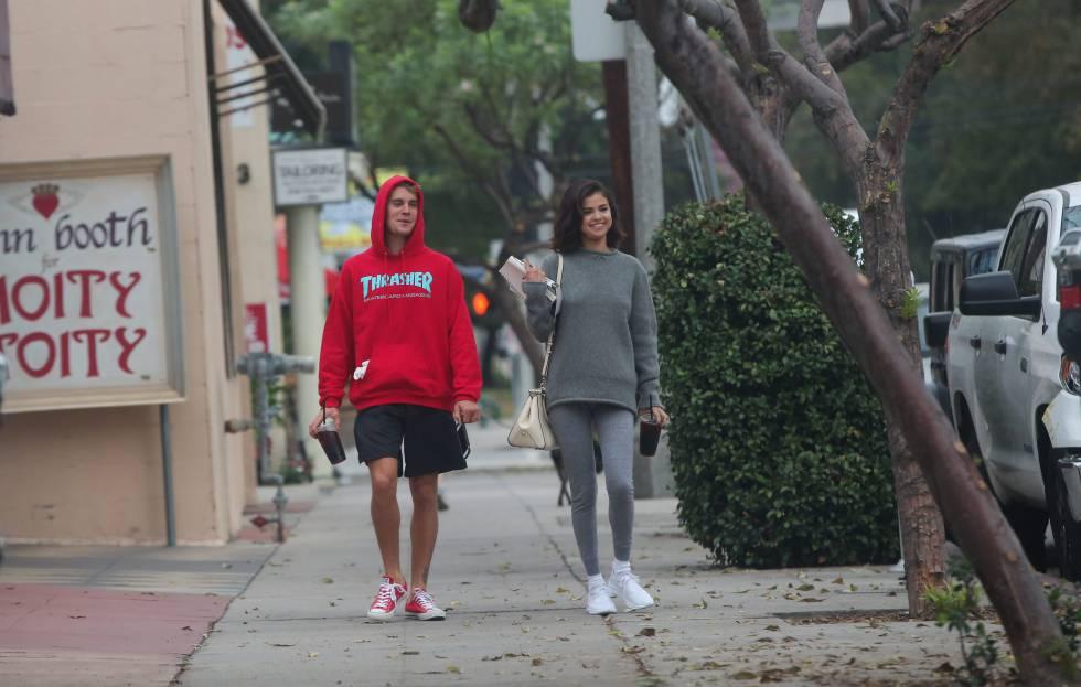 Justin Bieber y Selena Gomez, paseando por Los Ángeles a principios de noviembre.