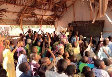 O campo de refugiados de Danamadja (Chade) onde as crianças usam o celular para fazer a lição de casa