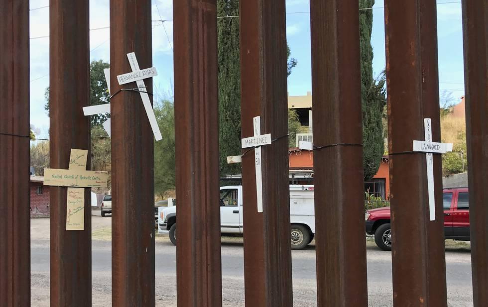 Cruces en Nogales (México) en memoria por los muertos en su viaje ilegal a EEUU.