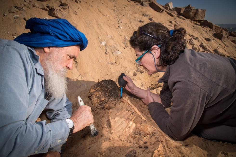 Miguel Botella e Inmaculada Alemán consolidando el pelo de un individuo en Qubbet el Hawa.
