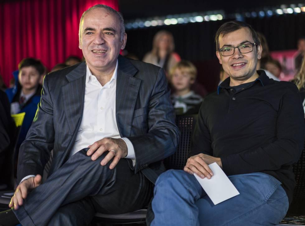 Demis Hassabis, director general de Deep Mind, con Gari Kaspárov la semana pasada en Londres.