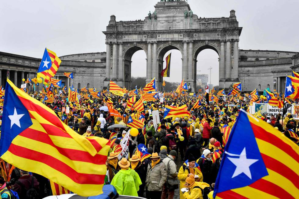 People waving pro-independence 'estelada' flags during the demonstration in Brussels.