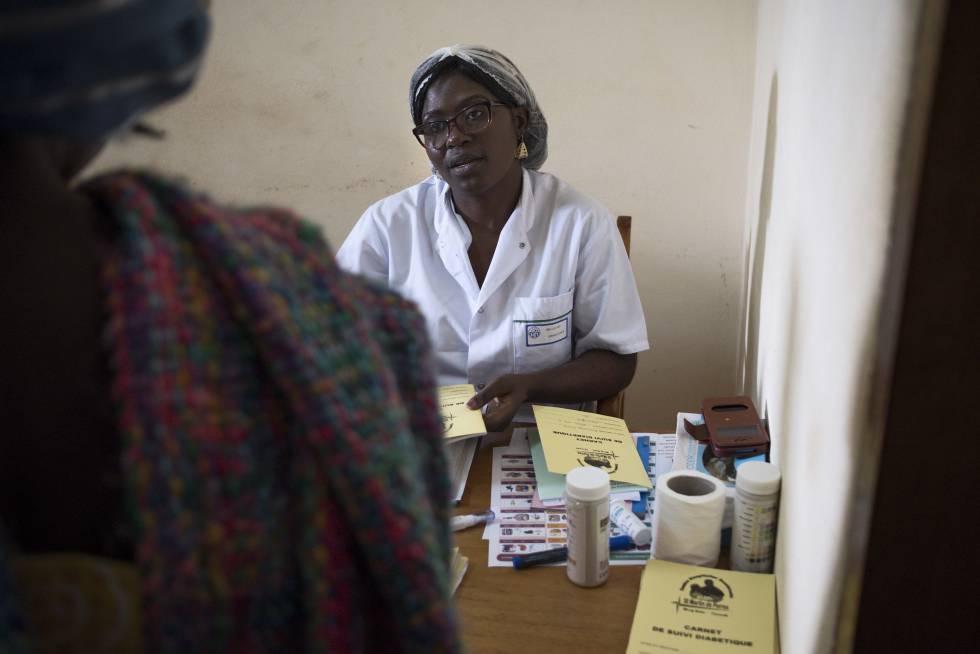 Una paciente de diabetes pasa la revisión en el hospital de San Martín de Porres de Yaundé.